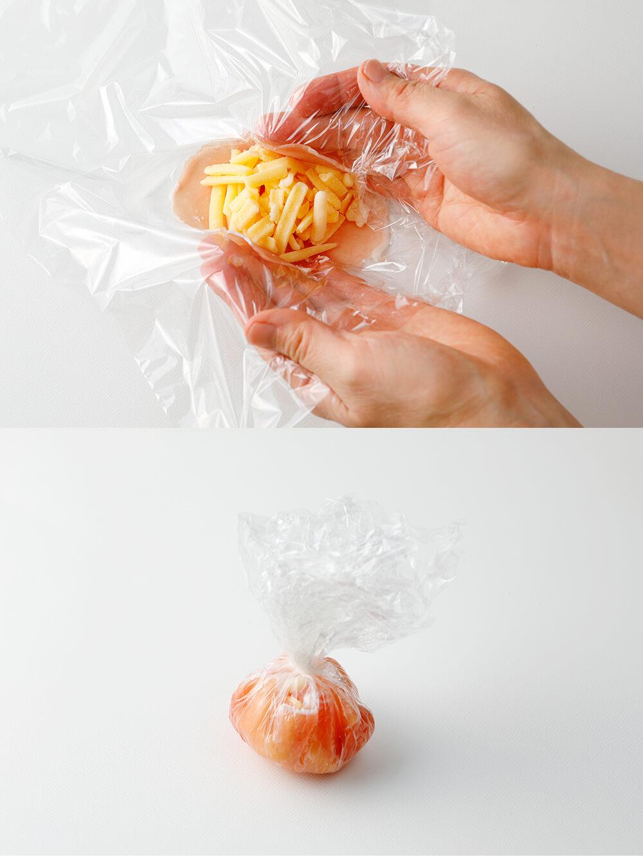 ラップに生ハムを二枚並べ、チーズを芯にして茶巾に包む。