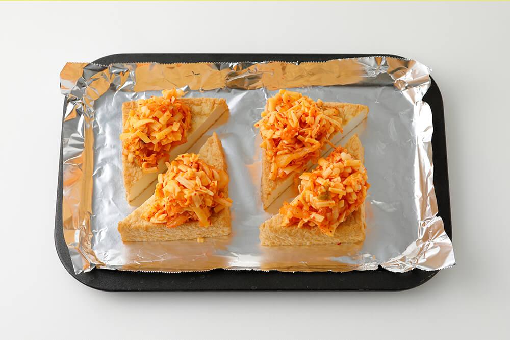 くっつかないホイル(なければアルミホイルにサラダ油をぬる)に厚揚げを並べ、キムチとチーズをのせる。
